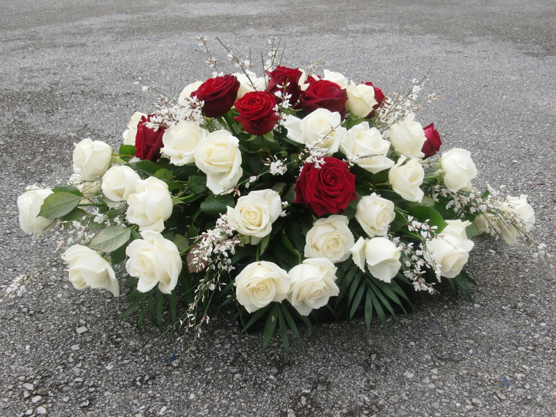 12 Sarggesteck mit weißen und roten Rosen