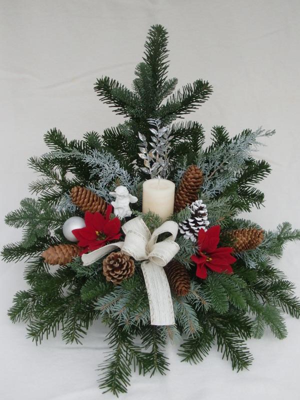 12 Weihnachtsgesteck mit weißer Kerze und Weihnachtssternen