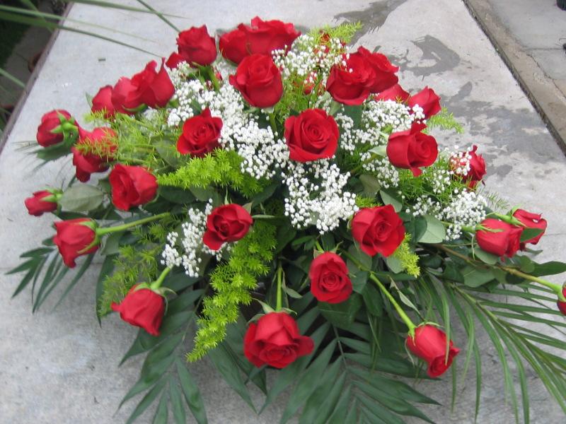 13 Sarggesteck mit roten Rosen und Schleierkraut