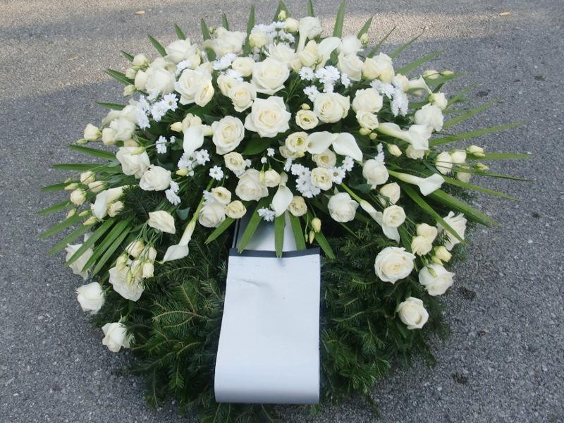 61 Trauerkranz mit weißen Rosen, Chrysanthemen und weißen Eustoma
