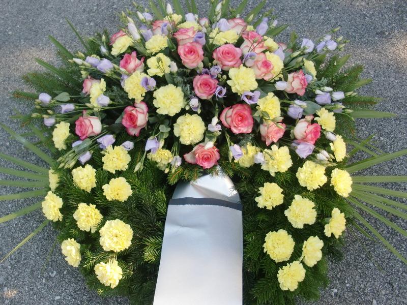 62 Trauerkranz mir gelben Nelken, rosa Rosen und lila Eustoma