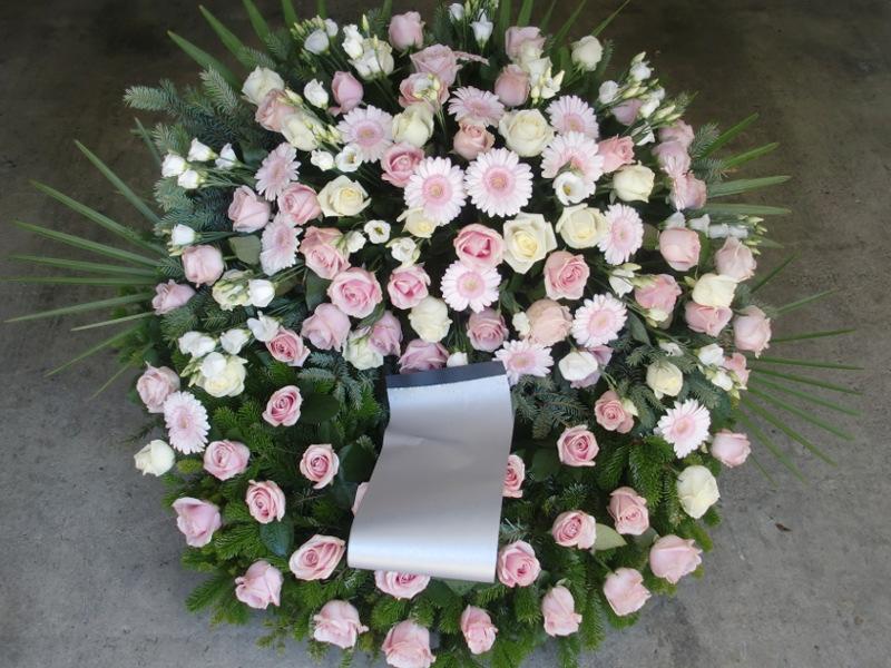 63 Trauerkranz mit weißen und rosa Rosen, Gerbera und Eustoma
