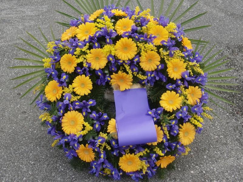 64 Trauerkranz mit Iris, gelben Gerbera und Mimosen