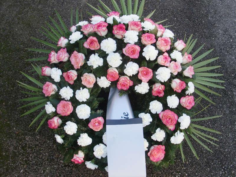 66 Trauerkranz mit rosa Rosen und weißen Nelken