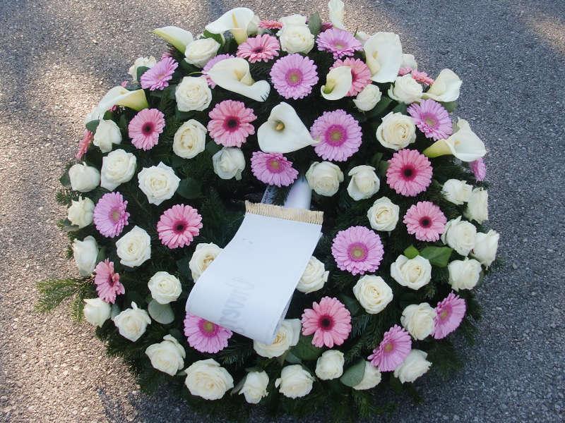 67 Trauerkranz mit Rosen, Gerbera und Calla in rosa und weiß